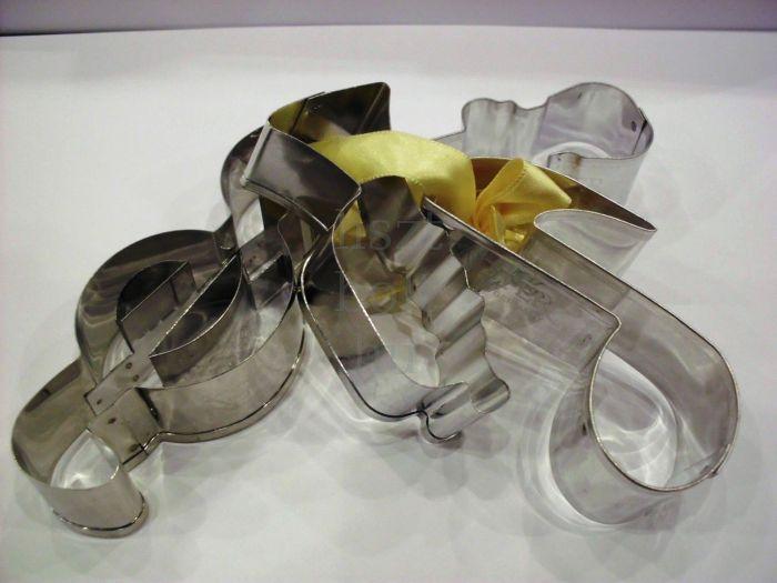 Süteményszaggató - több zenés forma, sárga masnival átkötve