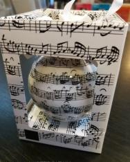 Karácsonyfadísz - kottás gömb